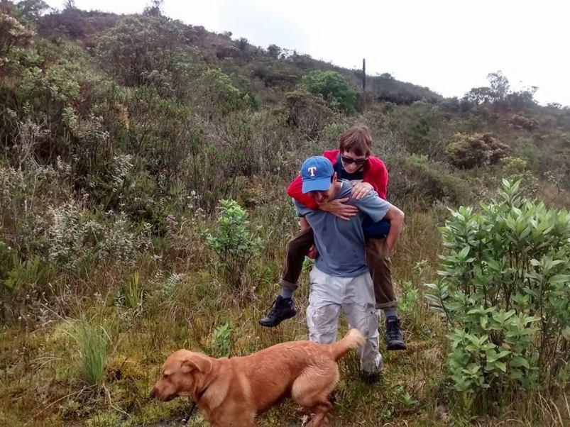 Cruzando terreno encharcado en el páramo en los alrededores de Bogotá