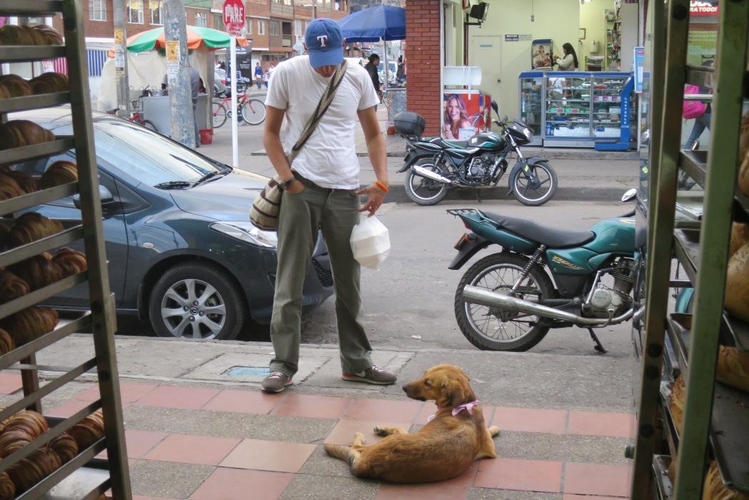 Los dos esperándola a la puerta de la panadería